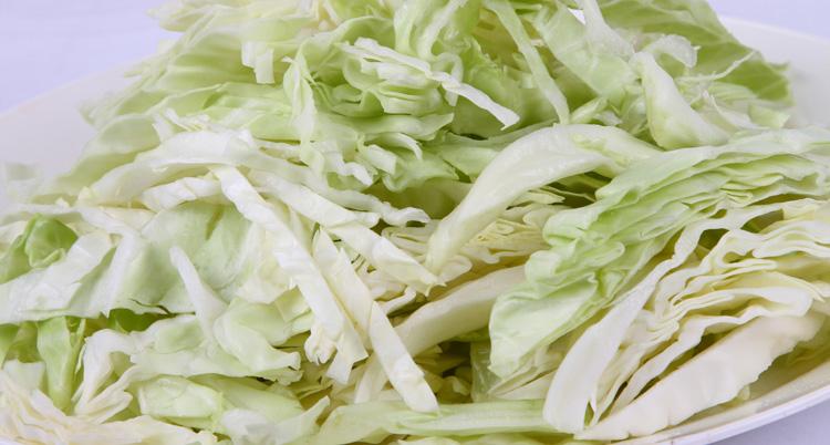 圆白菜含有的热量和脂肪很低,但是维生素,膳食纤维和微量元素的含量却
